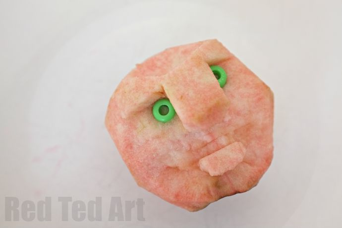 Turn bruised and excess apples into a fun Halloween decoration - SHRUNKEN Apple HEADS!
